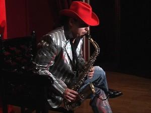 саксофонист в красной шляпе