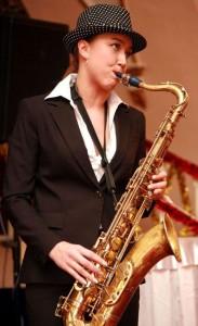 саксофонистка в шляпе