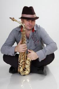 сксофонист в шляпе